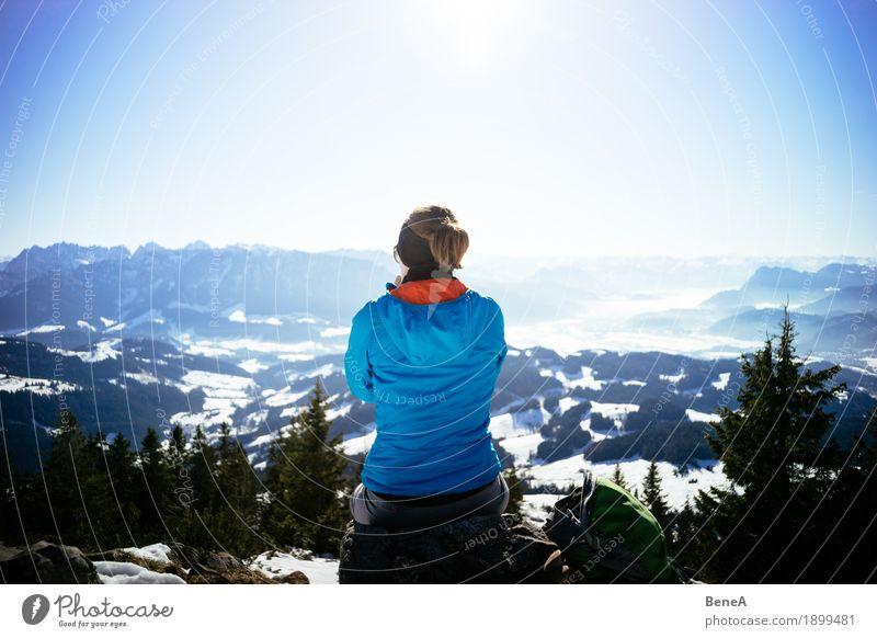 Frau sitzt auf Felsen am Trainsjoch und schaut ins Inntal Himmel Natur Ferien & Urlaub & Reisen Sonne Landschaft Erholung Freude Berge u. Gebirge Erwachsene