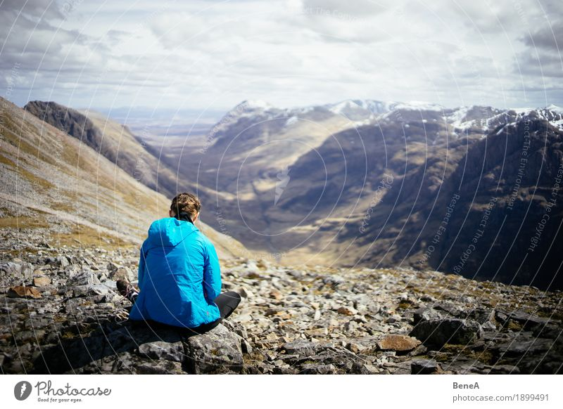 Frau sitzt auf Felsen mit Blick ins Glencoe Tal, Schottland Natur Ferien & Urlaub & Reisen Landschaft Erholung Ferne Berge u. Gebirge Erwachsene Essen Sport