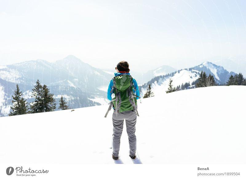 Frau steht in winterlicher Berglandschaft im Schnee am Hochries Erholung Ferien & Urlaub & Reisen Winter Sport Erwachsene Natur Fitness Abenteuer