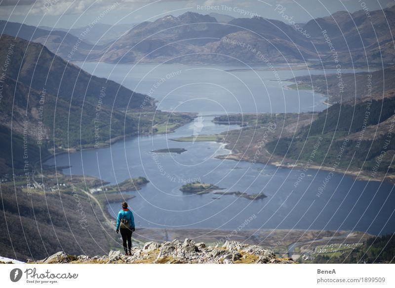 Frau wandert an Berg mit Blick auf Loch Leven, Schottland Natur Ferien & Urlaub & Reisen Meer Landschaft Ferne Berge u. Gebirge Erwachsene Küste Felsen Horizont