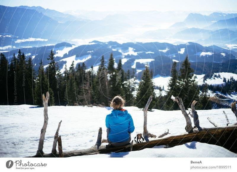 Frau sitzt auf Baumstamm am Spitzstein und schaut ins Inntal Erholung Ferien & Urlaub & Reisen Winter Erwachsene Natur Fitness Zufriedenheit Einsamkeit