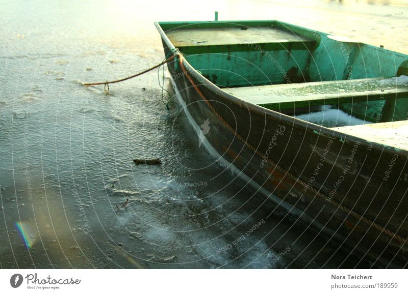 Winterschlaf. Umwelt Natur Landschaft Pflanze Klima Wetter Eis Frost Seeufer Flussufer Schifffahrt Bootsfahrt Fischerboot Ruderboot Wasser frieren leuchten