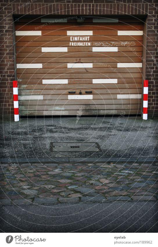 Hier parkt das Strichmännchen weiß Stadt rot Haus Straße Wand Holz Stein Mauer Gebäude Linie braun Architektur Tür Schilder & Markierungen