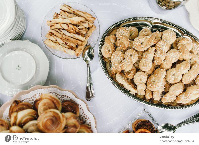 Kaffeetafel Teigwaren Backwaren Brot Brötchen Croissant Kuchen Dessert Süßwaren Marmelade Plätzchen Ernährung Kaffeetrinken Büffet Brunch Geschirr Teller