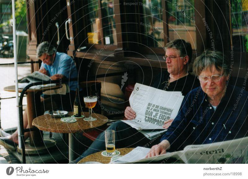 Zeitungslesende Herren Amsterdam Lokal gemütlich Menschengruppe Zeitung lesen