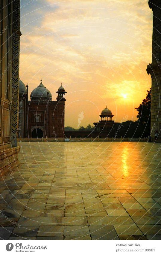 Krone des Ortes gelb Kraft Architektur Fassade ästhetisch Macht Lebensfreude Warmherzigkeit Bauwerk Indien Glaube Morgendämmerung Froschperspektive Taj Mahal