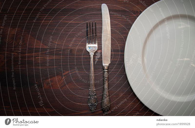 Halb leere weiße Teller, Vintage Messer und Gabel Geschirr Tisch Holz alt oben retro braun silber Antiquität beige Keramik Gerät Hälfte bügeln Servieren Raum