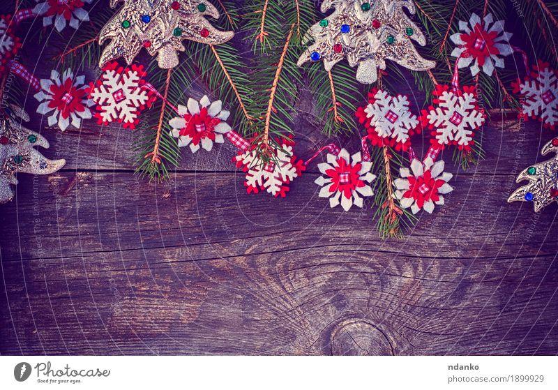 Weihnachtsgrauer hölzerner Hintergrund mit Spielwaren und einer Girlande Design Winter Dekoration & Verzierung Tisch Feste & Feiern Weihnachten & Advent