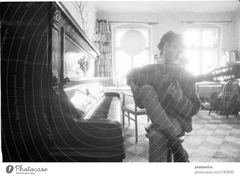 Mein kleiner Bruder mit Gitarre am Klavier Mensch Mann Sonne Erwachsene Fenster Spielen Musik Raum Freizeit & Hobby sitzen maskulin 18-30 Jahre Konzert Ereignisse Gitarre