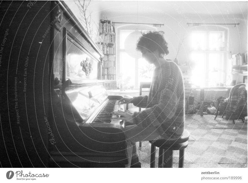 Mein kleiner Bruder ohne Gitarre am Klavier Mensch Mann Sonne Erwachsene Fenster Musik Kunst Raum sitzen 18-30 Jahre Natur Künstler Musiker