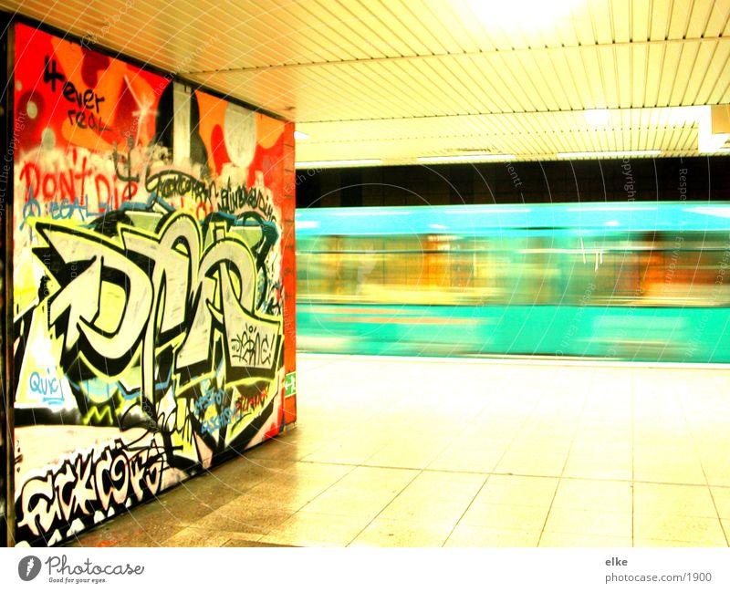 ubahn-graffiti Verkehr Geschwindigkeit fahren Güterverkehr & Logistik U-Bahn unterirdisch einsteigen Fahrweg