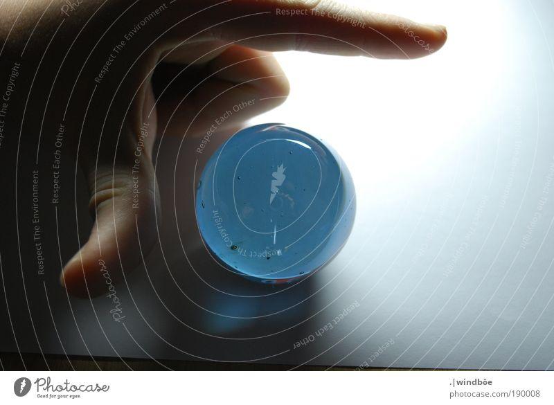 Wegweiser blau Hand ruhig hell leuchten Glas Finger Sauberkeit entdecken zeigen Richtung Daumen Mensch richtungweisend Wahrsagerei Glaskugel