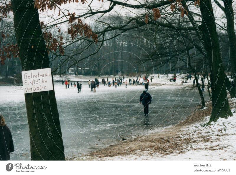 Eisfläche Mensch Menschengruppe Verbote Ironie Eisfläche