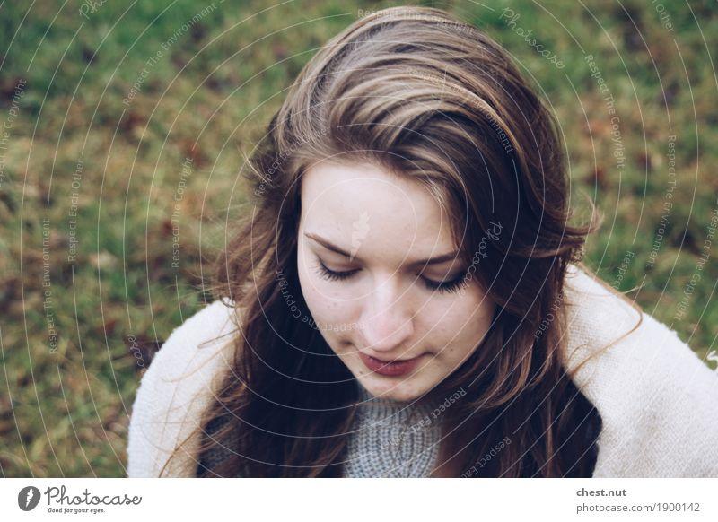 beautiful look down Junge Frau Jugendliche Schwester Kopf Gesicht 1 Mensch 18-30 Jahre Erwachsene Winter Schal brünett blond langhaarig Erholung Lächeln träumen