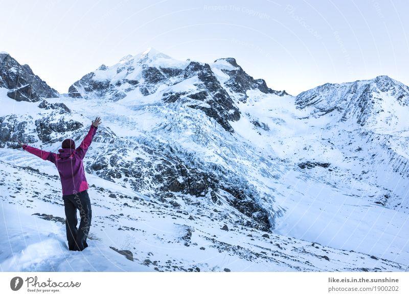 Die Welt ist schön. Frau Landschaft Einsamkeit ruhig Freude Ferne Winter Berge u. Gebirge Erwachsene Umwelt Leben Schnee feminin Glück Freiheit Zufriedenheit