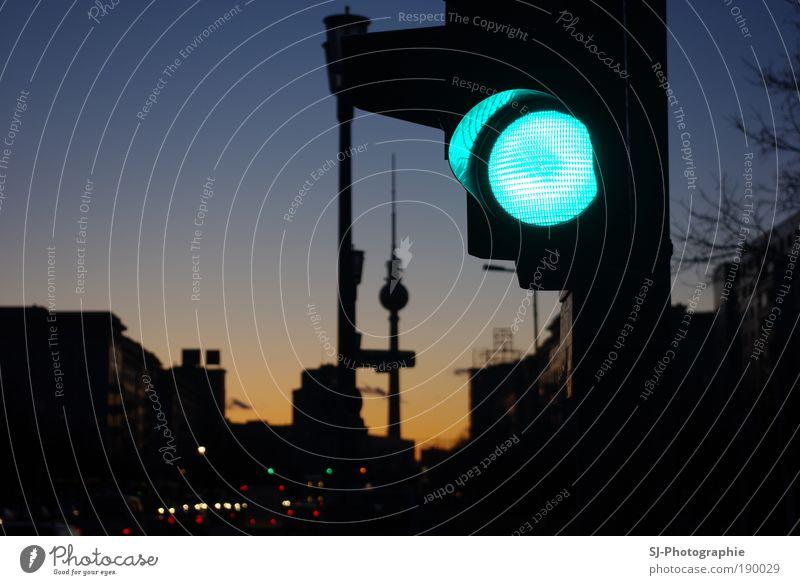 Grüne Welle für Berlin Stadt grün Straße Berlin Deutschland Verkehr Beginn Europa Turm Wahrzeichen Stadtzentrum Sehenswürdigkeit Autofahren Ampel Berliner Fernsehturm Straßenverkehr