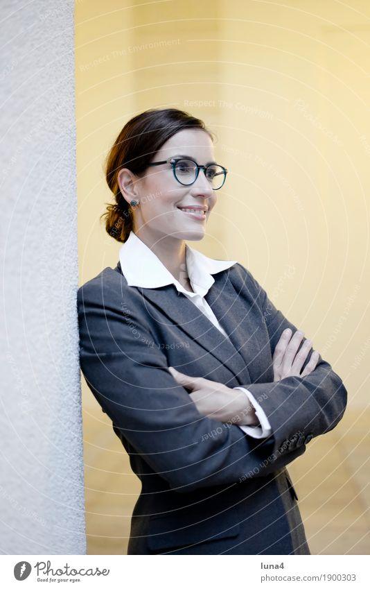 Geschäftsfrau Glück schön Zufriedenheit Business feminin Frau Erwachsene brünett lachen Freundlichkeit Fröhlichkeit selbstbewußt Optimismus Hoffnung