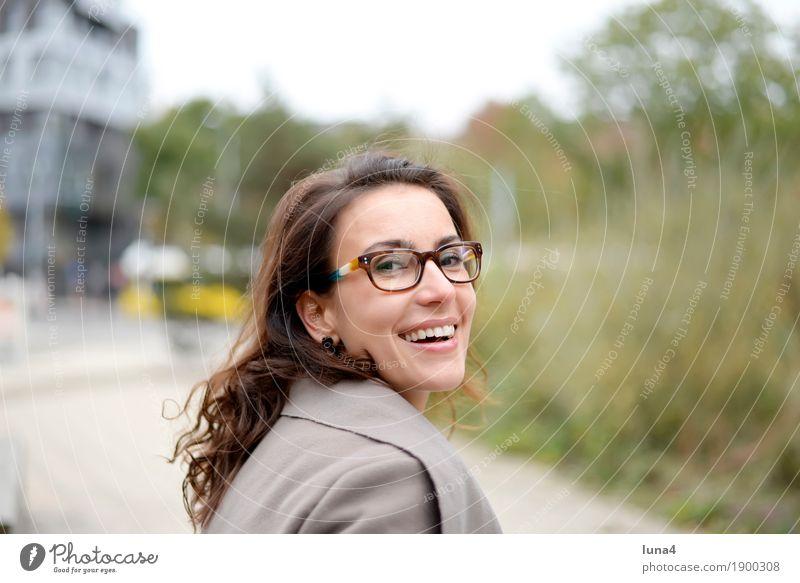 Frauenporträt Freude Glück Zufriedenheit feminin Erwachsene 1 Mensch 18-30 Jahre Jugendliche Stadt brünett langhaarig lachen Freundlichkeit Fröhlichkeit