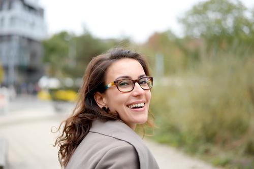 Frauenporträt Mensch Jugendliche Stadt Freude 18-30 Jahre Erwachsene feminin lachen Glück Zufriedenheit Fröhlichkeit Freundlichkeit langhaarig brünett