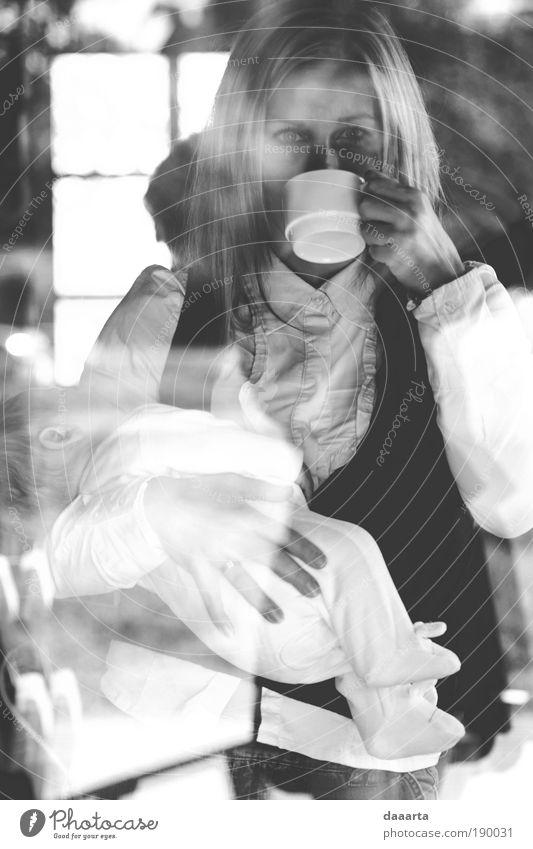 Mensch Frau weiß schwarz Erwachsene Erholung feminin grau Baby elegant trinken Frieden Gelassenheit Partnerschaft Kindererziehung Blick
