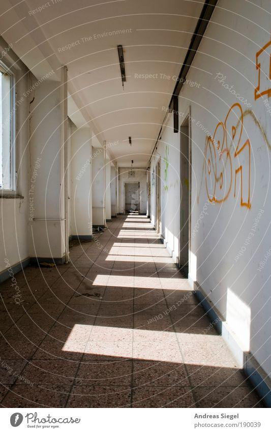 Der Gang. alt weiß Einsamkeit Haus Fenster Wand Graffiti Architektur Gebäude Stein Mauer Linie hell Wohnung kaputt trist