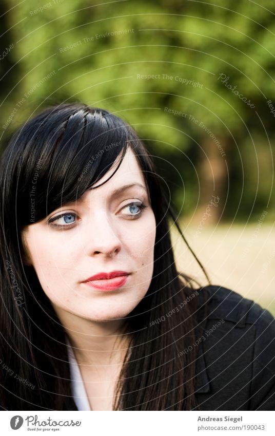 RGB Stil Mensch feminin Junge Frau Jugendliche Erwachsene Leben 1 18-30 Jahre Sommer Park schwarzhaarig Blick authentisch schön natürlich seriös blau grün rot