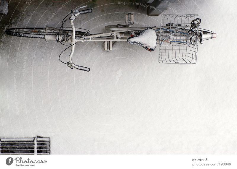 von oben sieht es kalt aus Winter Eis Frost Schnee Platz Fahrrad fahrradkorb Fahrradsattel Coolness weiß Identität Leben Mobilität Nostalgie ruhig