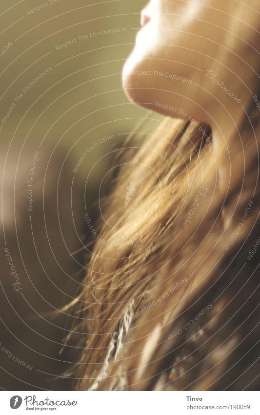 miss you feminin Kopf Haare & Frisuren Gesicht Mund 1 Mensch brünett langhaarig träumen warten natürlich Gefühle Trauer Sehnsucht Heimweh Fernweh Einsamkeit