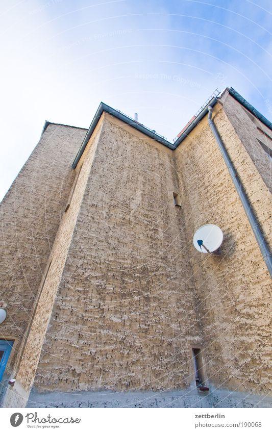 Schüssel Satellit Satellitenantenne Begrüßung Empfang Rezeption Fernsehen Fernsehempfang Haus Ecke Nische Putz rauhputz Regenrinne Fallrohr Häusliches Leben