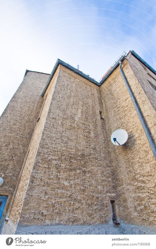 Schüssel Winter Haus Einsamkeit kalt Traurigkeit Wohnung Ecke trist Häusliches Leben Fernsehen Putz Begrüßung steil Textfreiraum Rezeption Satellit