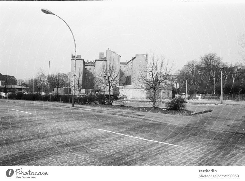 Ostberlin, 1987 Haus Straße Berlin Straßenverkehr leer Laterne Kopfsteinpflaster ausdruckslos Friedrichshain Gebäude