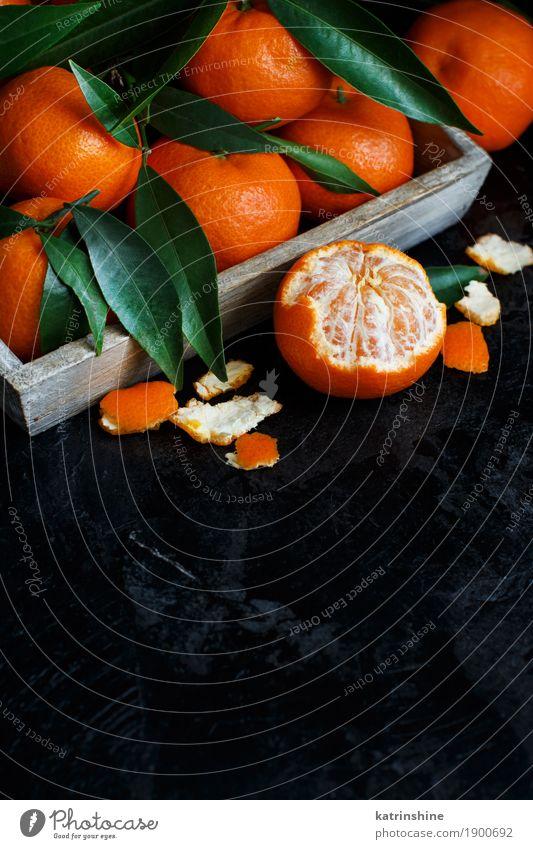 Mandarinen mit Blättern in einer Box Frucht Dessert Ernährung Tafel Blatt dunkel hell lecker grün schwarz Verfall Weihnachten essen Lebensmittel Feinschmecker