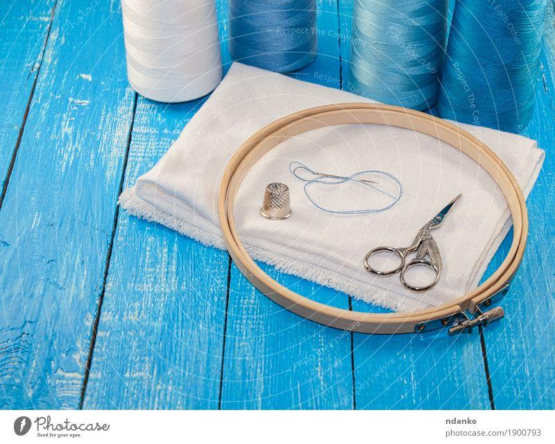Threads in Spulen mit weißem Tuch für die Stickerei Freizeit & Hobby Arbeitsplatz Industrie Schere Menschengruppe Stoff Holz blau Faser Nähen Reihe Textilien