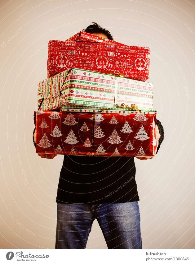 Alle Jahre wieder... maskulin Mann Erwachsene 30-45 Jahre Jeanshose Pullover schwarzhaarig Papier Verpackung Paket Dekoration & Verzierung festhalten stehen