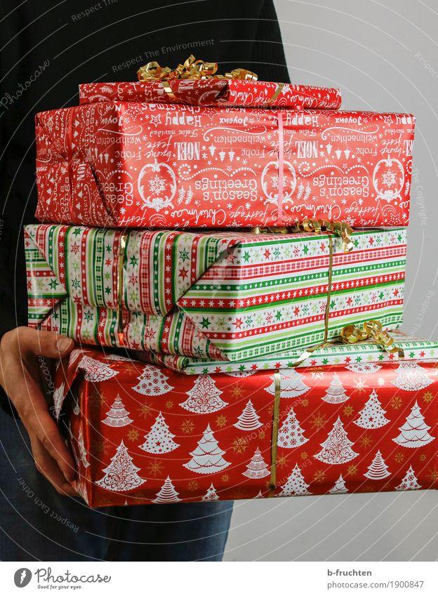 Christmas Gifts 01 Mensch Ferien & Urlaub & Reisen Mann Weihnachten & Advent Hand rot Freude schwarz Erwachsene Feste & Feiern Freundschaft maskulin