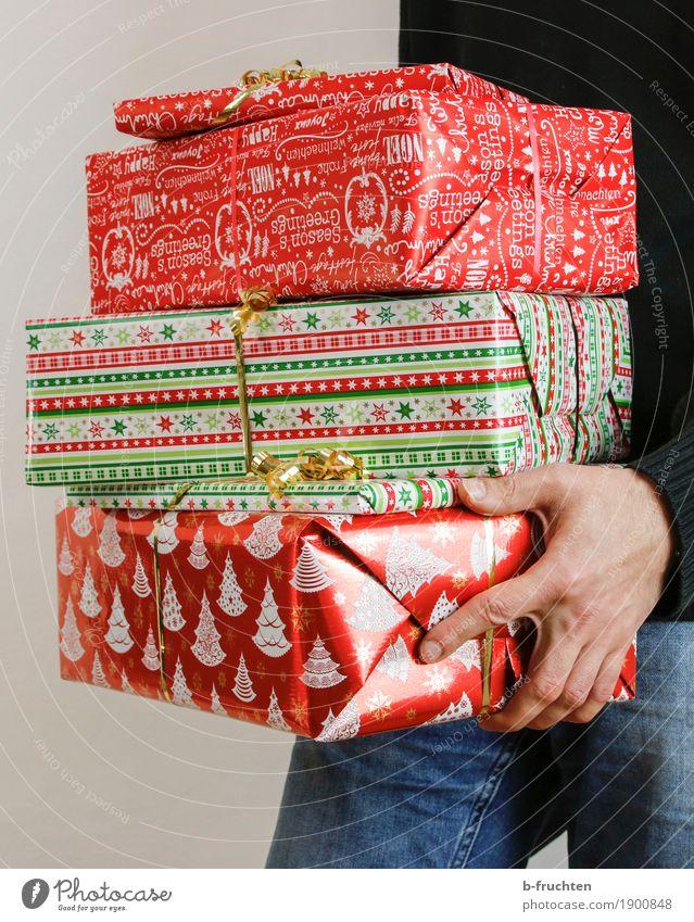 Christmas Gifts 02 Feste & Feiern Weihnachten & Advent maskulin Mann Erwachsene Hand Finger 30-45 Jahre Jeanshose Pullover Verpackung Paket Sammlung stehen