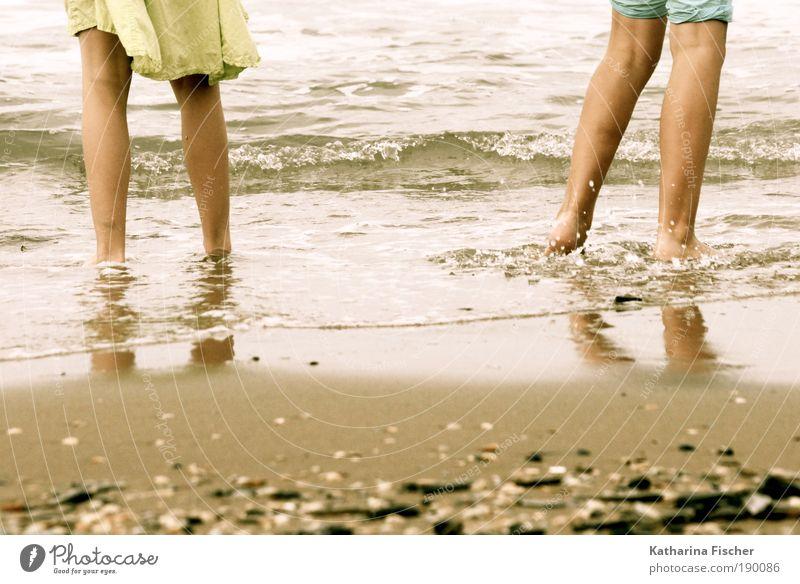 Strandgeschichte Mensch Ferien & Urlaub & Reisen grün Wasser Sommer Meer gelb Sand Beine braun maskulin Wetter Wellen Hose Rock