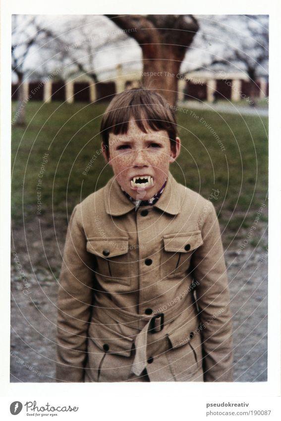 Victor - vintage Vampire Mensch Kind Freude Polaroid Gesicht Feste & Feiern schwarz dunkel Stil grau braun Kultur maskulin Zähne bedrohlich