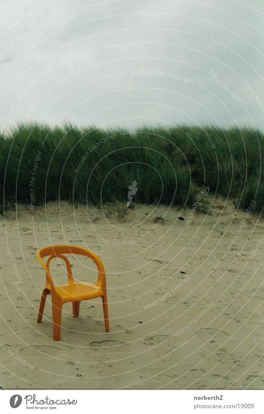 Gartenstuhl im Sand Strand ruhig Einsamkeit Erholung Stuhl