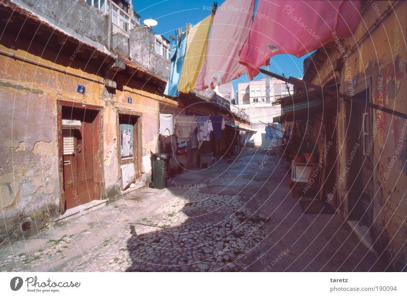 Seitengasse in Lissabon alt orange dreckig Wohnung Armut Hochhaus Fassade Fröhlichkeit kaputt authentisch einfach Schatten Portugal analog Verfall Stadtzentrum