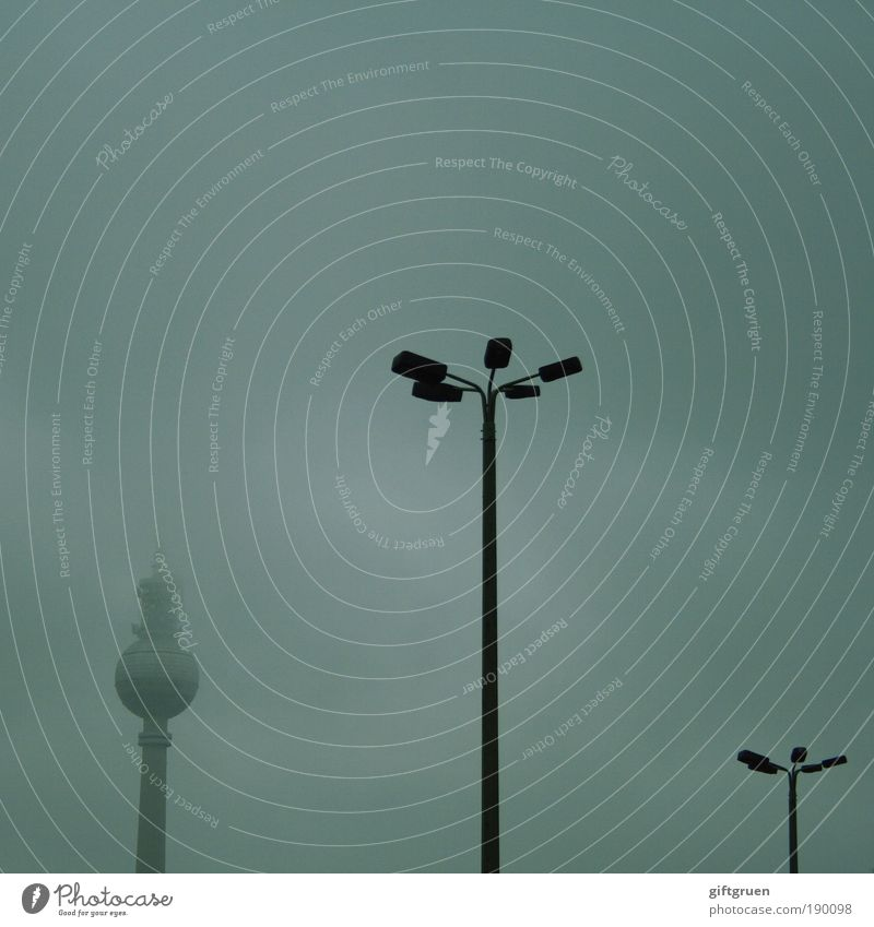stehempfang Berlin Deutschland Stadtzentrum stehen Nebel nebelig Alexanderplatz Fernsehturm Laterne Straßenbeleuchtung Straßenlaterne trüb Wetter dunkel
