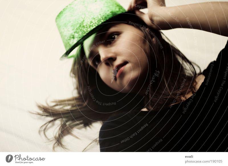 Shining Frau Mensch Jugendliche grün Freude Gesicht feminin Haare & Frisuren Kopf warten Haut glänzend Erwachsene Karneval leuchten Hut