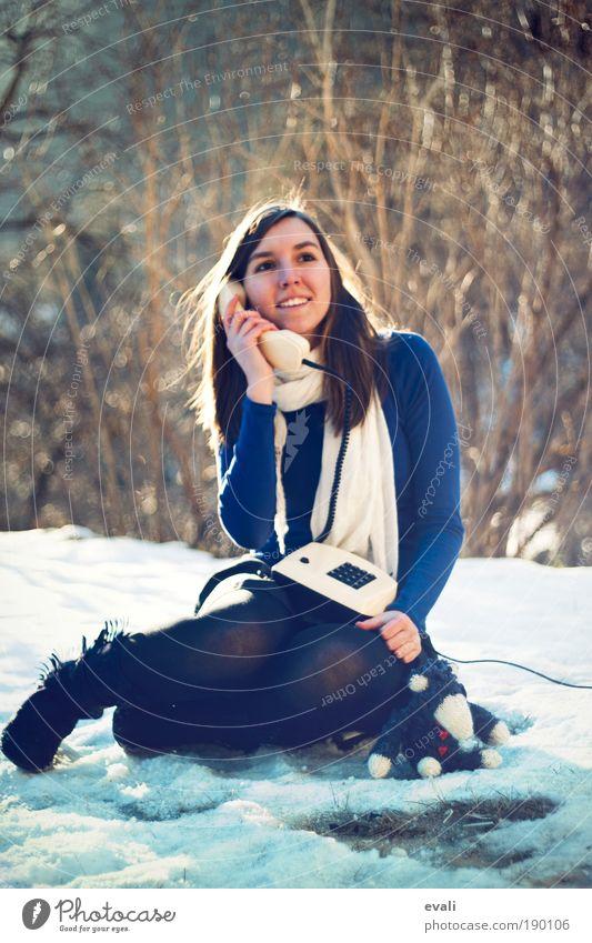 Sonnenscheingespräch Frau Mensch Natur Jugendliche Winter feminin sprechen Garten Erwachsene träumen Park warten sitzen Telefon Kommunizieren