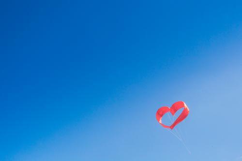 Rotes Herz am Himmel. Valentinstag, Hochzeit, Liebe, Verlobung Himmel (Jenseits) blau Sommer rot Frühling Hintergrundbild Glück Paar Zusammensein Horizont