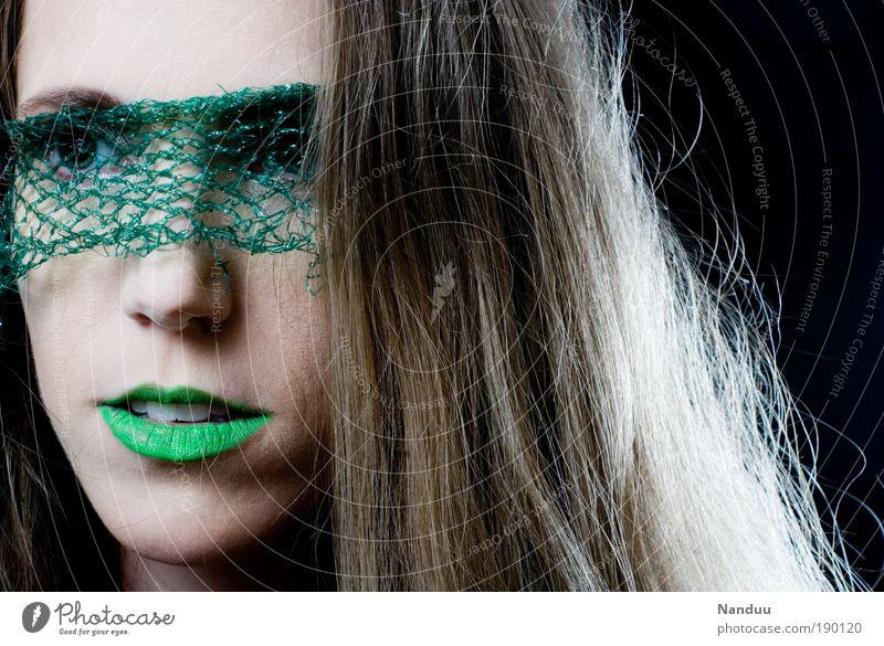 Irgendwo da draußen Mensch Jugendliche schön grün Einsamkeit feminin Stil Mode Erwachsene elegant Frau mehrfarbig Porträt Schleier Lippenstift außerirdisch