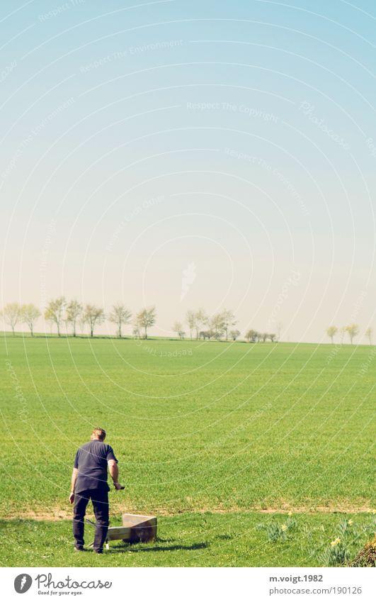 Frühjahrsputz Mann grün blau Arbeit & Erwerbstätigkeit Wiese Frühling Garten Mensch Landschaft Feld Erwachsene maskulin Horizont frisch neu