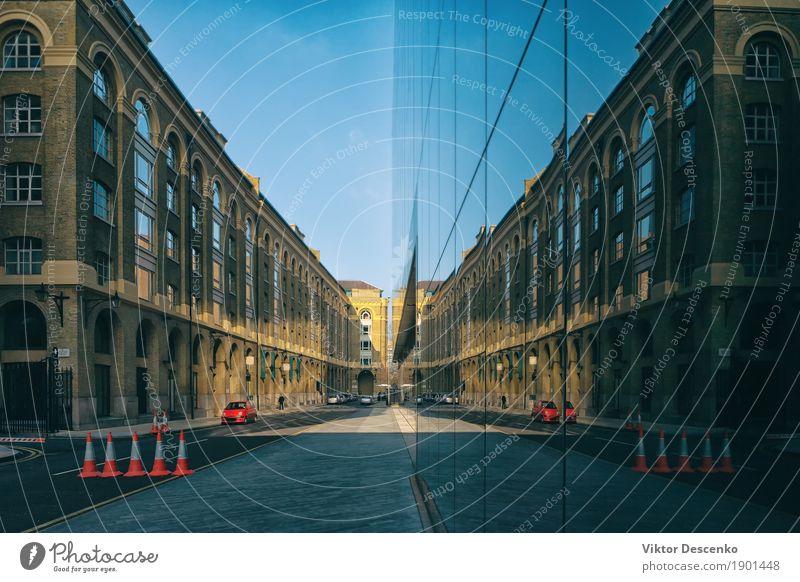 Rotes Auto auf der Straße geparkt Himmel Ferien & Urlaub & Reisen alt Stadt rot Architektur Gebäude Business Verkehr Büro modern Aussicht Europa