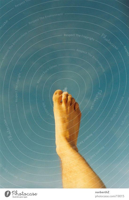 Fuß im Himmel ausgestreckt Zehen Mensch hell blau Beine Barfuß