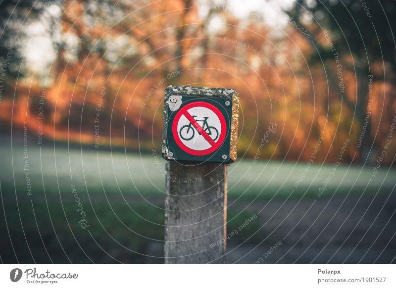 Fahrradbeschränkung unterzeichnen herein einen Park im Herbst Ausflug Sommer Fahrradfahren Umwelt Wald Verkehr Straße Autobahn Metall rot weiß Sicherheit