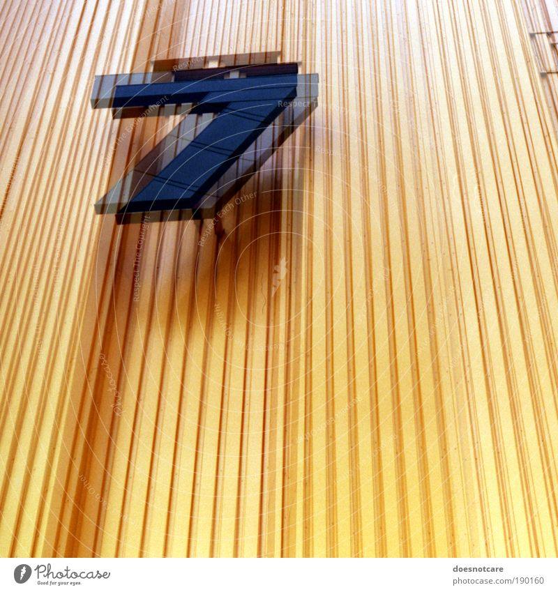 14 Fabrik gelb 7 Ziffern & Zahlen Architektur Gebäude Fassade Streifen Messe alte messe Leipzig Doppelbelichtung analog Mythologie paarweise Unschärfe